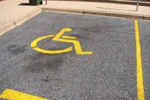 Автомобильные места на стоянке для инвалидов.