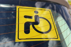 Кто имеет право устанавливать на автомобиль знак инвалид?