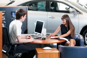 Заключаем договор продажи и покупки машины.