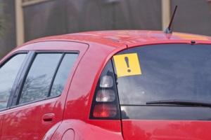 Знак начинающий водитель.