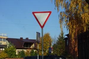 где устанавливается знак уступи дорогу?